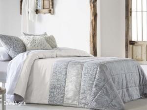 łóżko w sypialni z narzutą