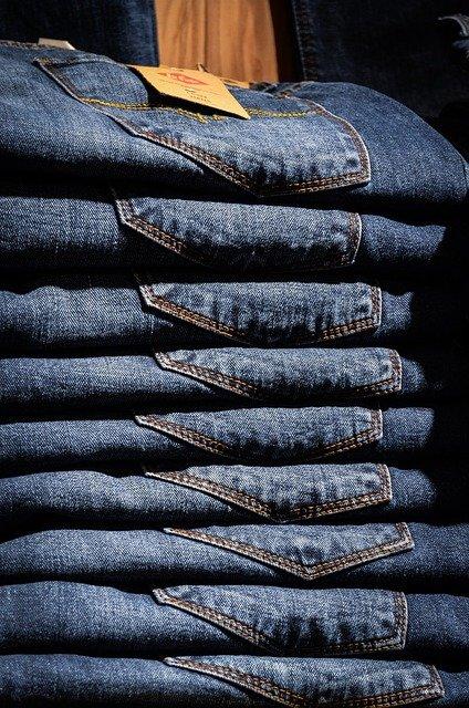 przechowywanie spodni w szafie